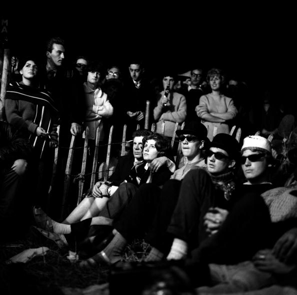 Una parte del público sentado disfrutando de las actuaciones