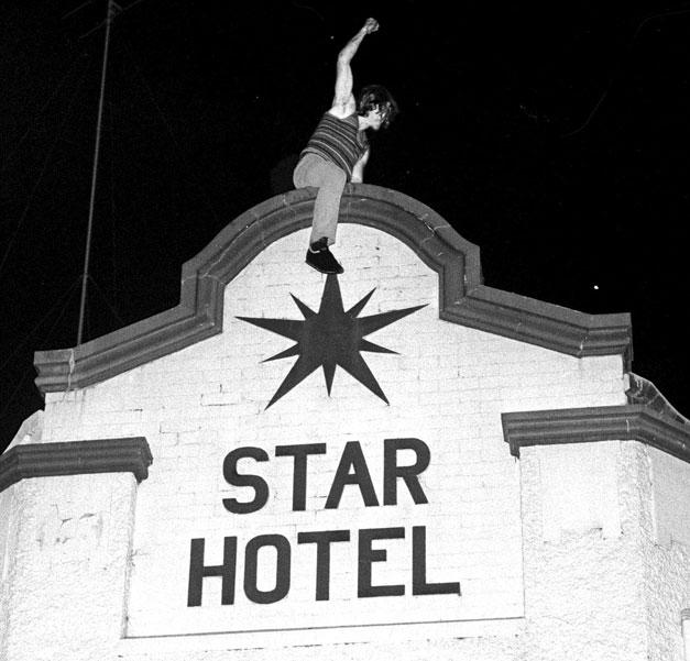 Un cliente del Star Hotel se sube a lo alto del edificio durante los incidentes