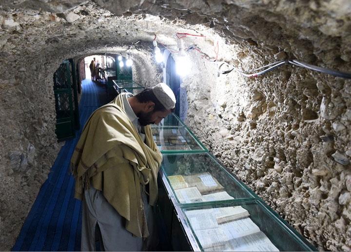 Ejemplares de el Corán en los túneles del cementerio subterráneo