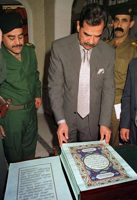 Husein junto a un ejemplar de el Corán