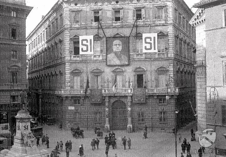 El mismo palacio, sede del partido de Mussolini, con otros carteles celebrando el «Sí»