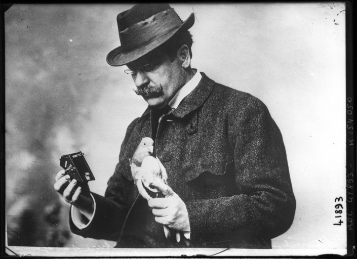 Julius Neubronner junto a su cámara y una de sus palomas en 1914