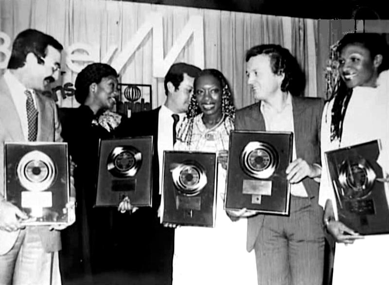 El Lute, a la izquierda, con un disco de oro, junto a la banda, miembros de la compañía discográfica y Frank Farrian.
