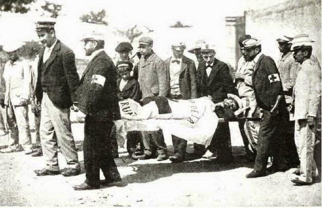 Un soldado repatriado desciende del barco en camilla