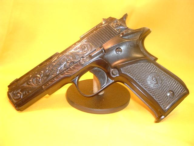La famosa Llama III-A calibre 9 corto decorada. Fabricada por Gabilondo