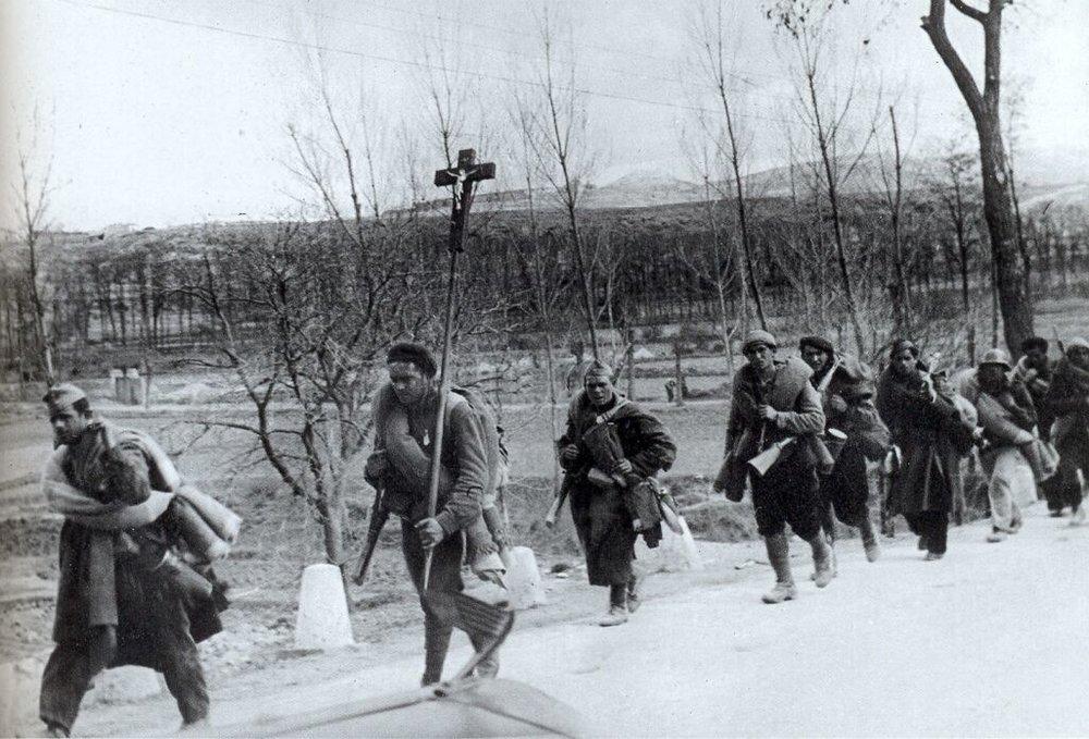 Una columna de requetés fascistas cargando con la cruz