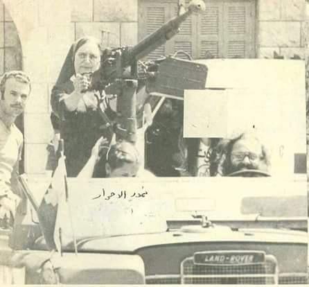 Monja de la Tiger Militia disparando contra facciones musulmanas