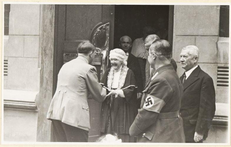 Elisabeth, ya anciana, recibe la visita de Hitler