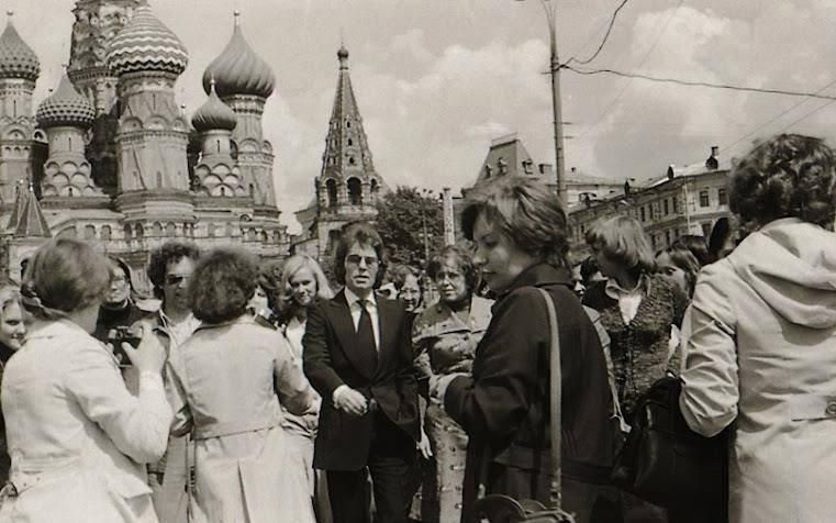 Raphael paseando por la plaza Roja