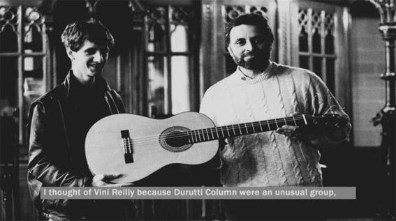Reilly, de manos de Julio Anguita, recibe la guitarra en un fotograma de  Una guitarra para Durruti
