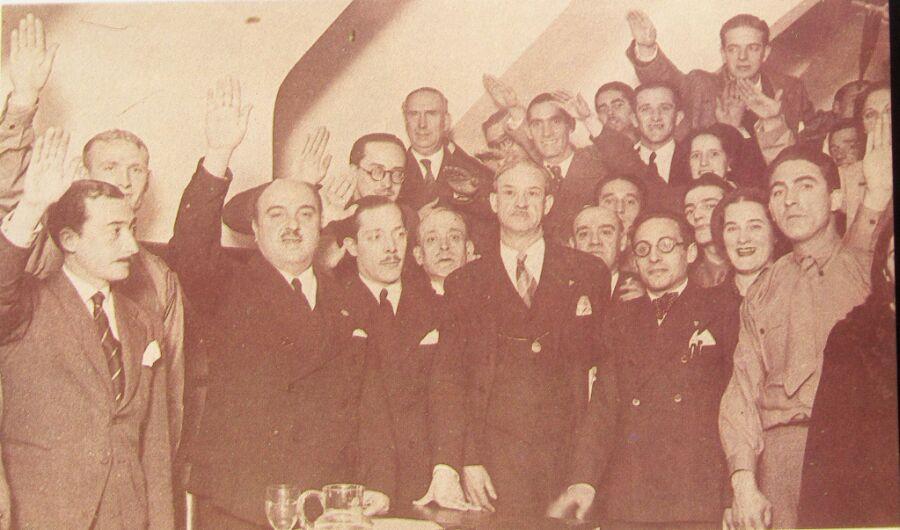 Albiñana, con bigote y brazo en alto, en una reunión junto a sus hombres