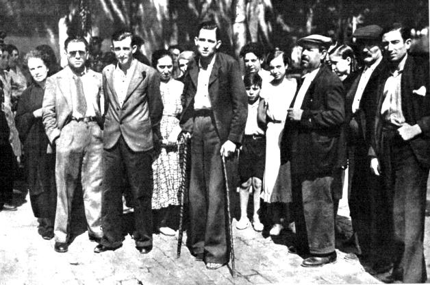Lino, hermano de Juanita, con muletas, después de testificar en el juicio (Mundo Gráfico, 22 de agosto de 1934)