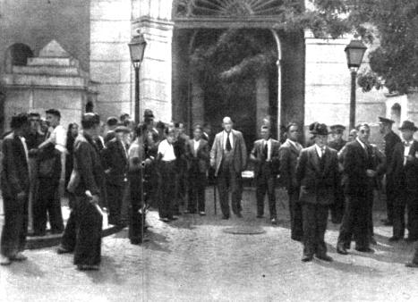 El público a las puertas del Juzgado durante el juicio por la muerte de la joven (Mundo Gráfico, 22 de agosto de 1934)