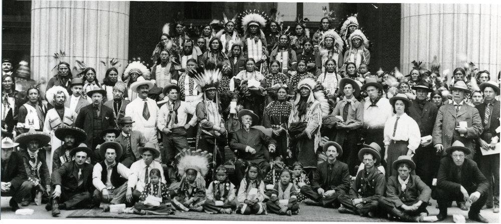 Buffalo Bill, sentado en el centro, junto a su famosa compañía