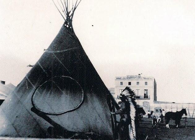 Indios en el campamento del circo instalado en la ciudad. Fotografía de A. Carbonell i Fita (Arxiu fotogràfic del CEC)