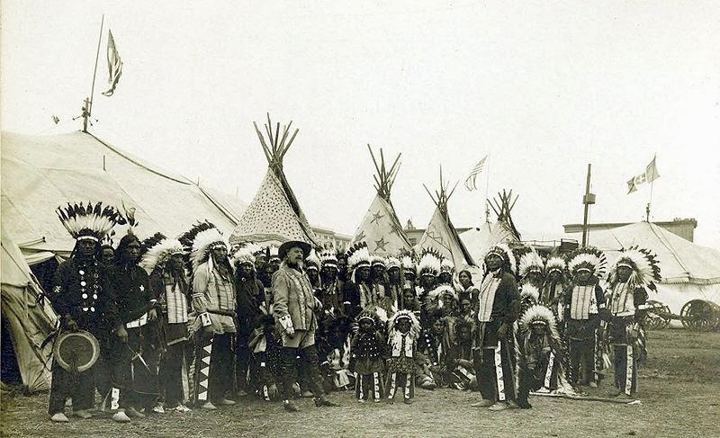 Buffalo Bill junto a su circo posando en las instalaciones de Barcelona
