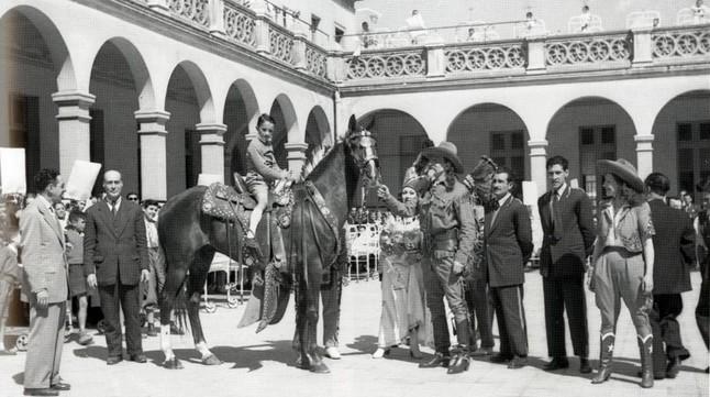 Bufallo Bill visita el Hospital de la Santa Creu. Fotografía de Josep Vinyes. Circus Artsa Foundation. Arxiú Genis