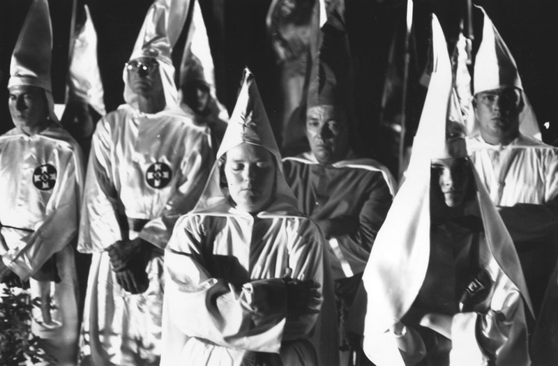Mujeres del KKK en los años sesenta (mayo de 1965) durante una concentración en Beaufort, South Carolina. Harry Benson / Getty Image