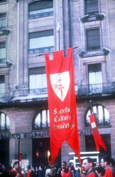 Estandartes de los «caballeros medievales» de la Sociedad Cultural Covadonga. Archivo FTP-Covadonga