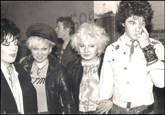 Darby junto a varias amigas del Primer Círculo