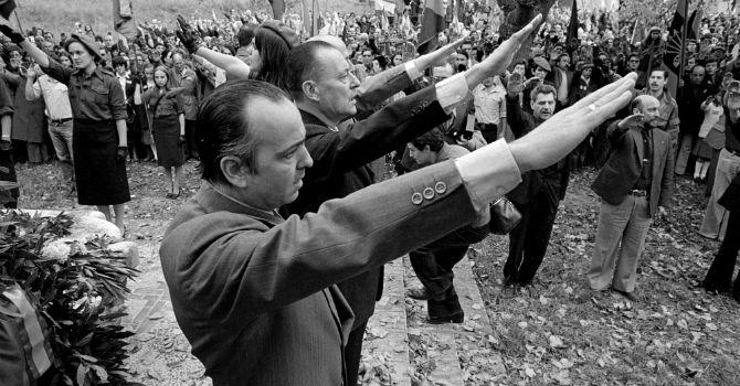 Piñar, junto a otros dirigentes ultraderechistas, durante un homenaje en Paracuellos. Gtres