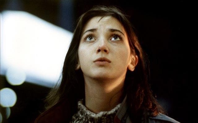 La protagonista de Je vous salue, Marie en dos escenas de la película