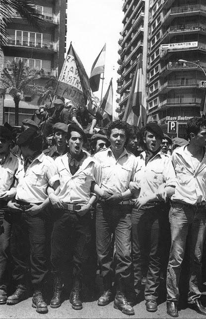 Militantes de Fuerza Nueva a la salida de un mítin de Blas Piñar