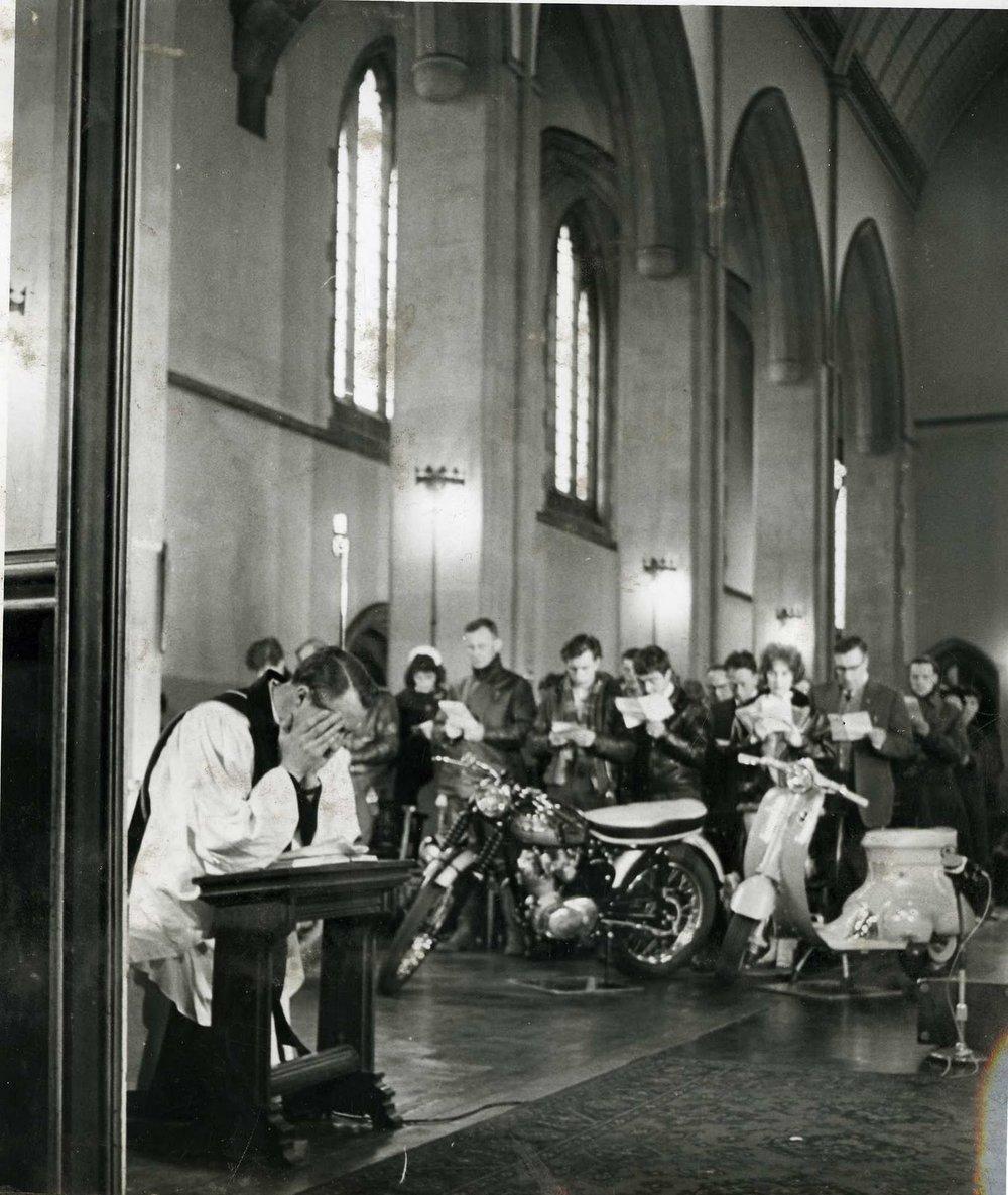 Shergold en su iglesia junto a sus colegas rockers