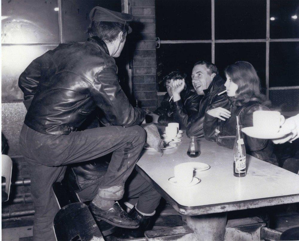 Shergold, sentado justo en medio, en el Ace Cafe