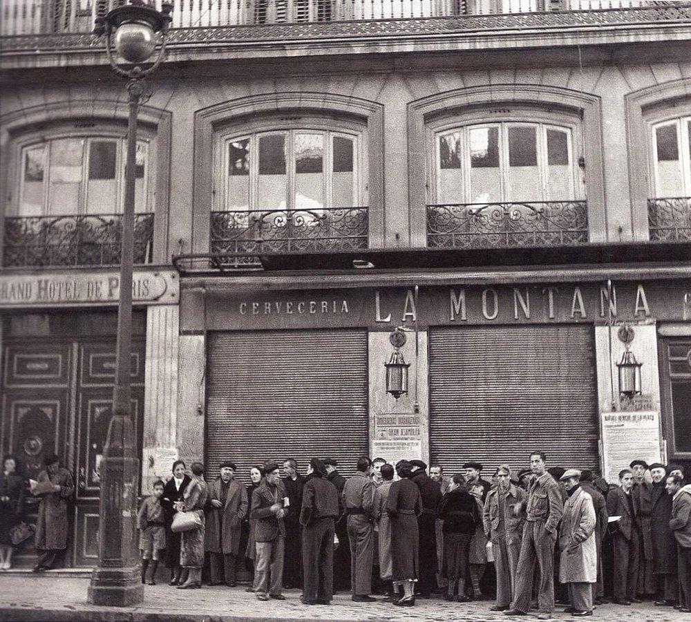 El Café de la Montaña convertido en cervecería. Al lado puede verse la entrada al Grand Hotel de París.