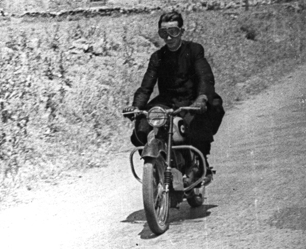 El padre Llorente a bordo de su moto