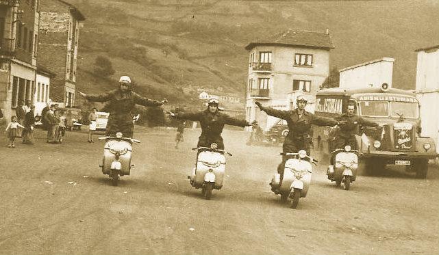 Exhibición de los motoristas que acompañaron a la Vuelta Ciclista a Asturias (Mieres, 1957)