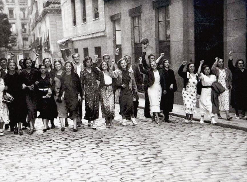 Manifestación espontánea de mujeres revolucionarias. Madrid, octubre de 1934.