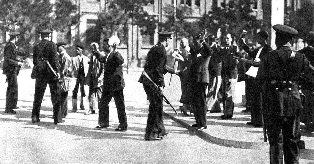 Guardias de Asalto cachean a trabajadores durante la huelga revolucionaria de 1934 en la zona de Cuatro Caminos, Madrid.