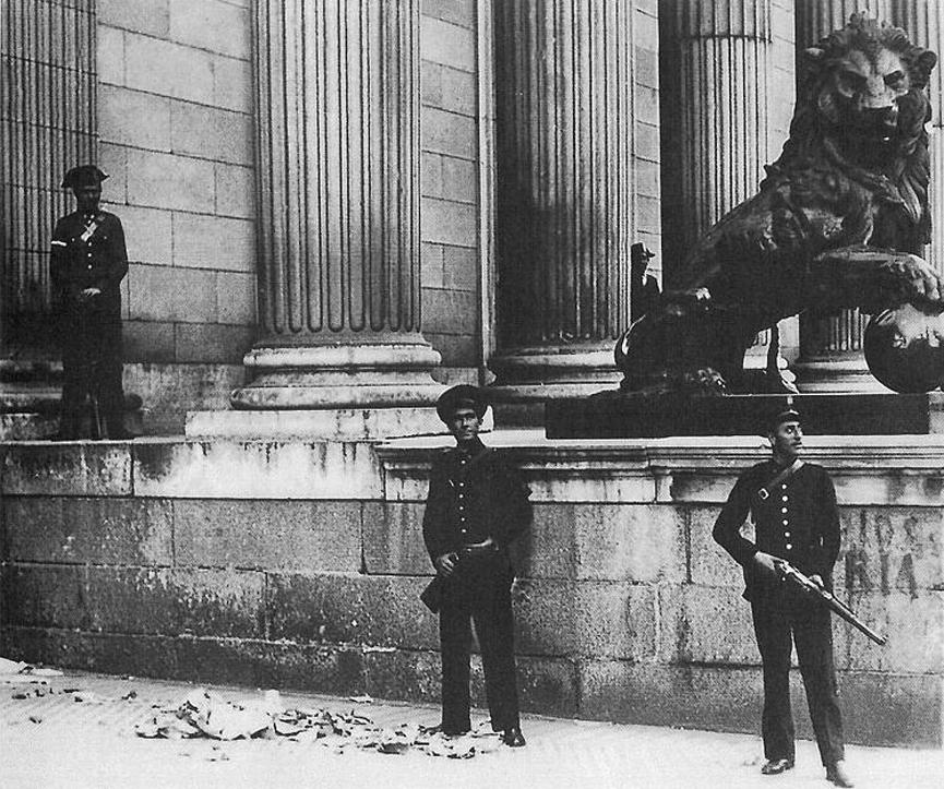 Soldados leales a la República protegiendo el Congreso de los Diputados