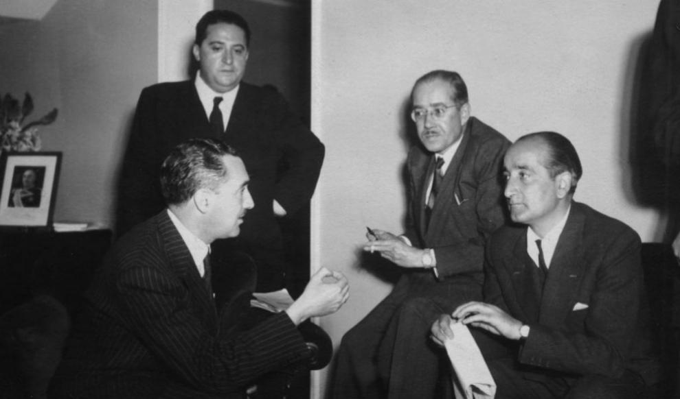De pie, Agustín Foxá, junto a Leopoldo Panero (derecha) en una entrevista. EFE