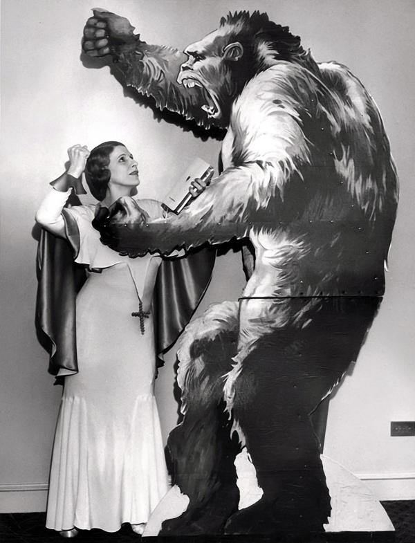Combatiendo al Mal en forma de gran gorila