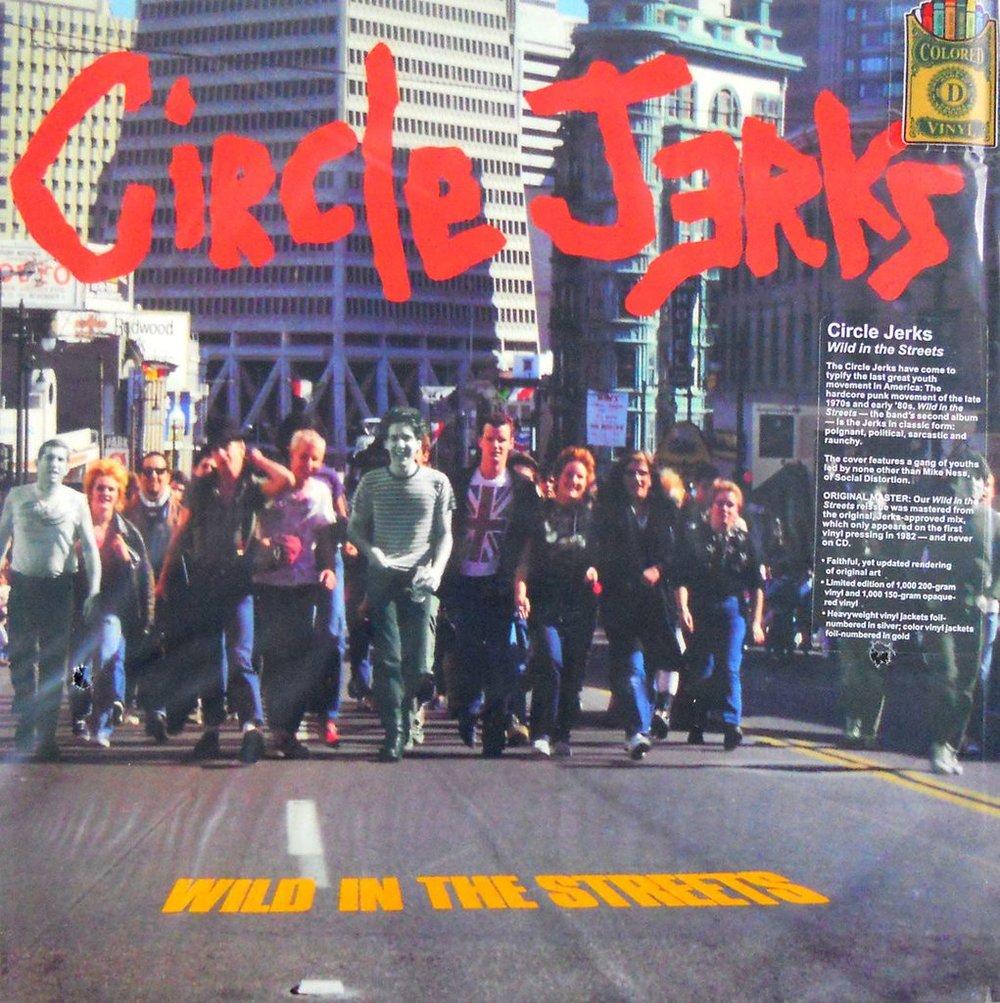 Portada de Wild in the streets. Puede verse a Mike Ness a la izquierda, encabezando el grupo, con sombrero negro