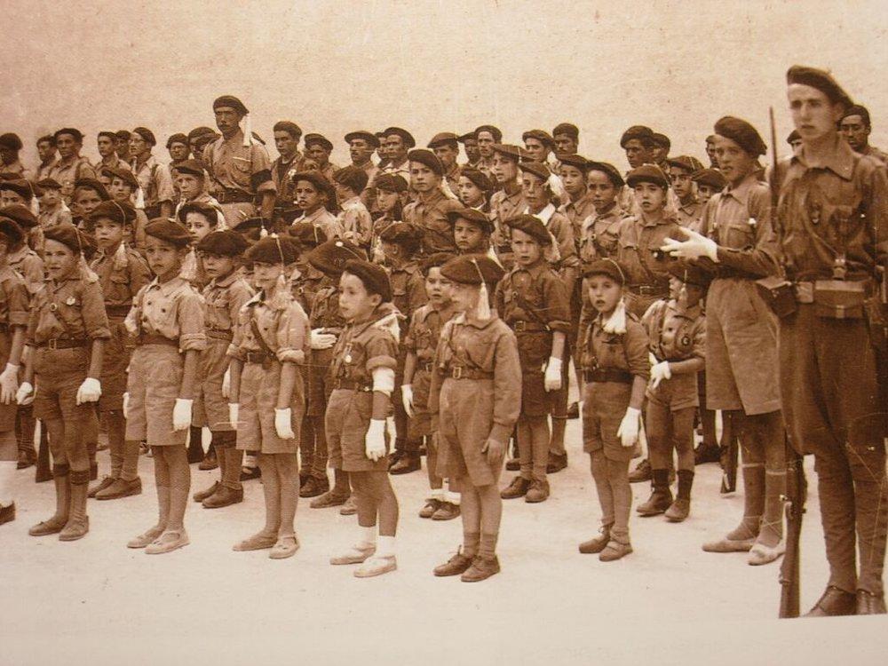 Un grupo de «pelayos» carlistas en formación