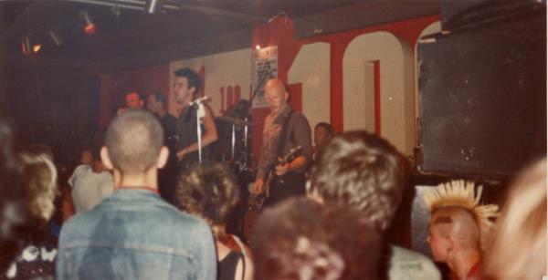 Actuación de Crass en el 100 Club instantes antes de salir The Exploited