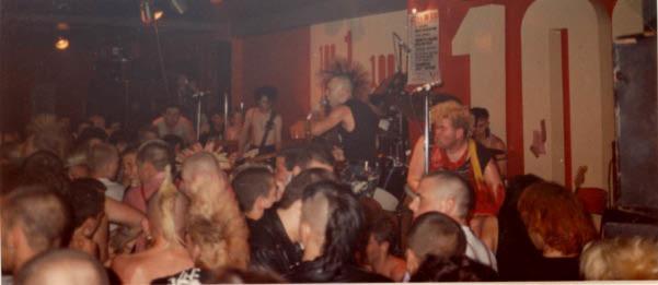 Wattie, al frente de The Exploited, durante su actuación en el 100 Club
