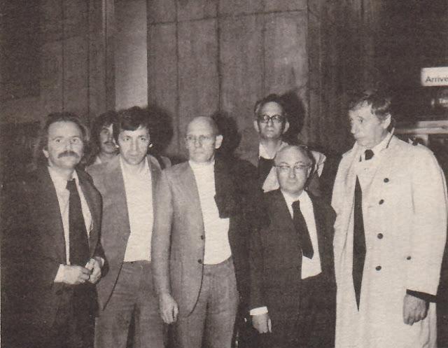 El grupo en el aeropuerto Charles de Gaulle. De izquierda a derecha: Régis Debray, Costa-Gavras, Foucault; en segunda fila Claude Mauriac, Ladouze y Montand