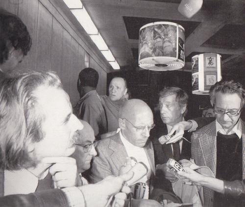 Regis Debray, Ladouze, Foucault, Yves Montand y Claude Mauriac leen un comunicado instantes antes de salir para España