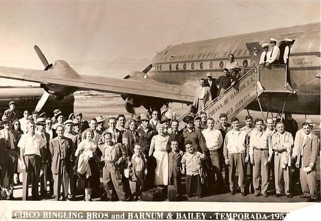 Una fotografía rara de Jimmy en los tiempos en que trabajaba para el circo Ringlig Bros. Lo vemos a abajo, en primera fila, junto a unas maletas y una mujer vestida de blanco