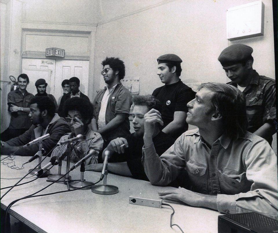 Negros, puertorriqueños y hillbillies revolucionarios de la Rainbow Coaltion en una rueda de prensa