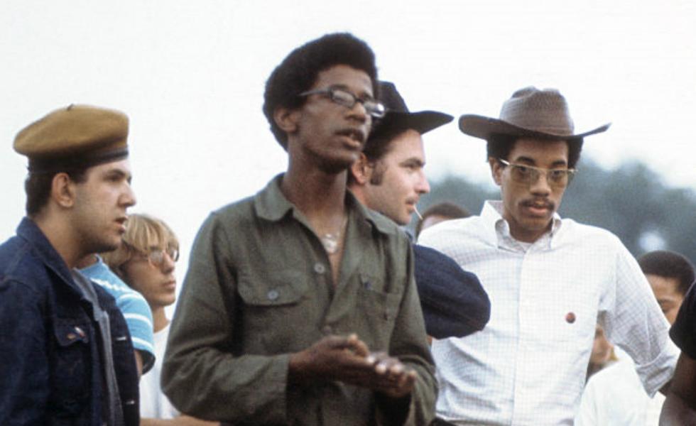 Militantes negros, puertorriqueños y rednecks durante un mítin