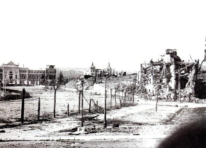 A la derecha, la Pariasiana destruida tras las bombardeos en noviembre de 1936 (Archivo Histórico del PCE)