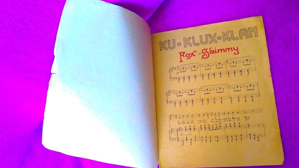 Libreto con la partitura de «Ku Klux Klan»
