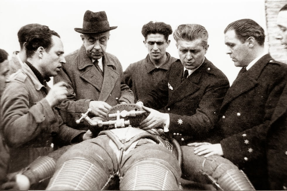 Emilio, en el centro y con sombrero, en el madrileño aeródromo de Cuatro Vientos en 1935