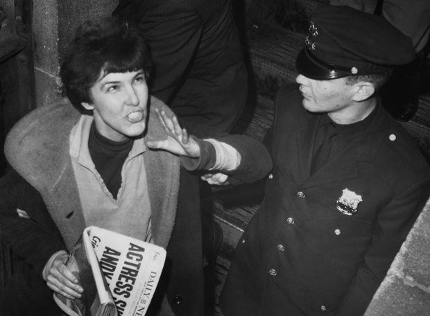 Solanas, con el Daily News (que lleva en portada su intento de asesinato) grita: «¡Leed SCUM! Toda la verdad está ahí»